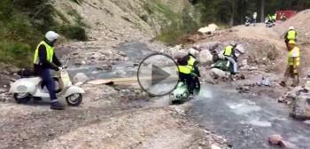 Vespy w Dolomitach - przeprawa przez górski strumień