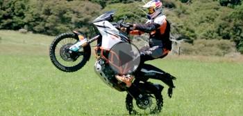 Wheelie na dużych motocyklach adventure - szkoła Chrisa Bircha