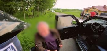 Quadowcy zatrzymują pijanego kierowcę - siedział w aucie, bo nie był w stanie stać!