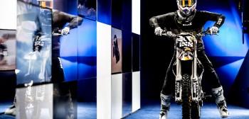 Mat Rebeaud - motocyklem po muzeum [VIDEO]