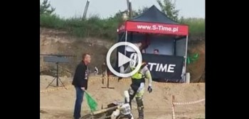 Drogosz pobity przez sędziego na zawodach Cross Country [VIDEO]