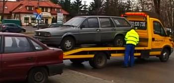 Po polskich drogach jeżdżą miliony starych aut. Dlaczego Polacy kupują wiekowe samochody?