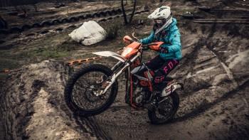 KTM Freeride 250F 2017 vs. Piękna Bestia: czyli śnieg, mróz i błoto kontra Ewelina Szkudlarek