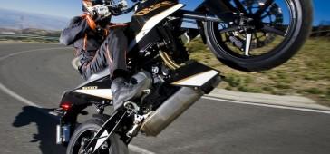 gallery/publikacje/10_najlepiej_idacych_na_kolo_motocykli/_690_Duke_wheelie_z.jpg