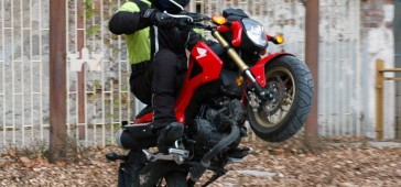 gallery/publikacje/2015/Motocykl_versus_skuter_125_ccm_plusy_i_minusy/_honda_msx_125_na_kole_z.jpg