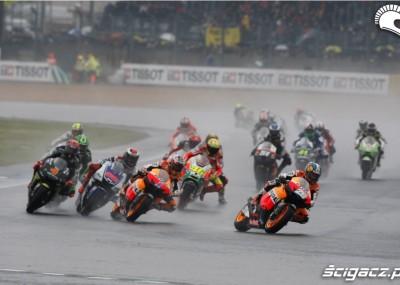 Czwarta runda MotoGP na mokrym torze we Francji - fotorelacja