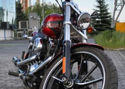 Muskularny custom od Harleya - Breakout na zdjęciach