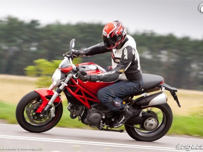 bok zakret Ducati Monster