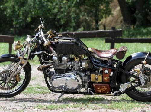 Triumph Bonneville America - customowy dragster z artystyczną duszą