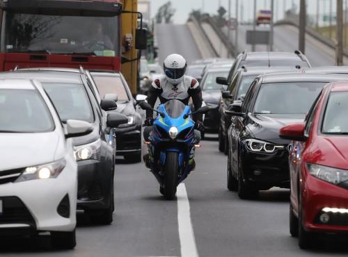 Jak jeździć motocyklem w korku? 10 przykazań