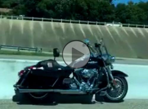 Samotna przejażdżka motocykla bez jeźdźca