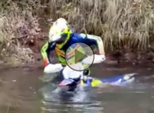 Przeprawa motocyklem przez wodę po szyję...