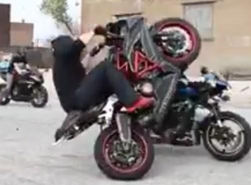 Motocyklowy stunt o mały włos od tragedii