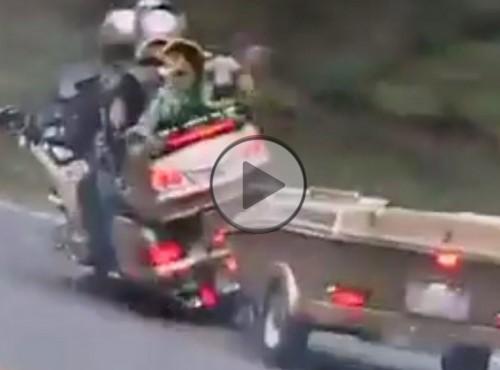 Motocykl z przyczepką na krętej drodze