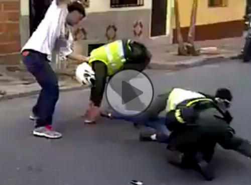 Motocykliści stawiają opór przy zatrzymaniu - mocna bójka z policjantami