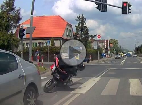 Przejazd motocyklem na czerwonym świetle i natychmiastowa karma