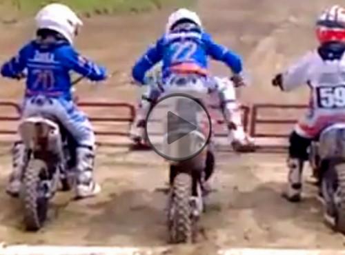Dzieciak świruje przed startem w biegu motocrossowym