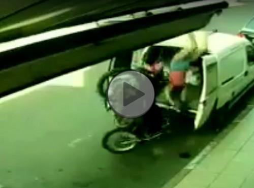 Niezamierzone parkowanie motocykla w busie