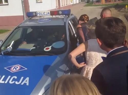 Policja tłumaczy zachowanie funkcjonariusza, który zatrzymał orszak weselny