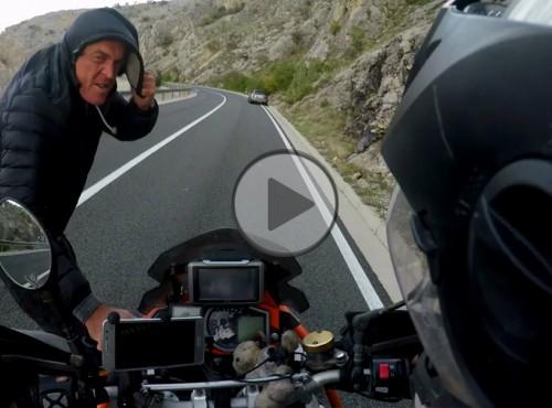 Motocyklista przegrywa z huraganowym wiatrem