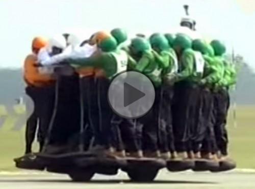 Indyjski autokar - 58 osób na jednym motocyklu