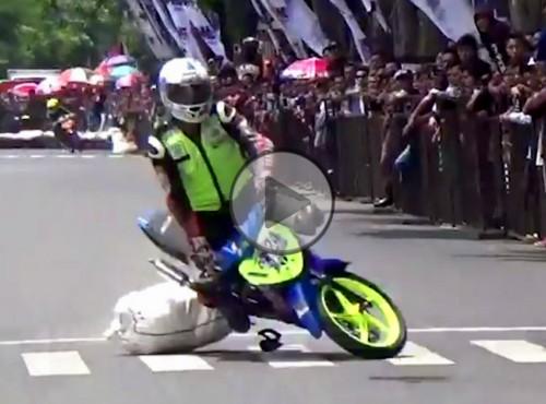 Moto-kręgle. Zemsta przewróconego zawodnika