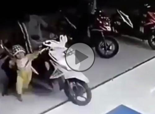 Dramatyczna przegazówka. Bobas katapultuje skuter z salonu