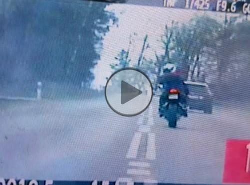 Szalony pościg za motocyklistą. Prawie 1000 zł mandatu i 10 punktów karnych [FILM]