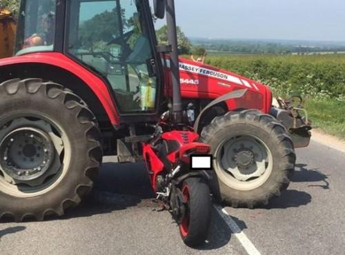 Motocykl wbity w traktor. Motocyklista wychodzi z wypadku bez szwanku