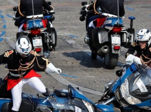 Zderzenie dwóch policjantów na motocyklach w czasie parady w Paryżu