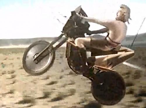 Latający motocykl, czyli najgorsza scena motocyklowa w historii kina [FILM]