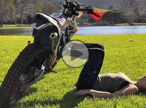 Siłownia mobilna, czyli jak robić trening z motocyklem [FILM]
