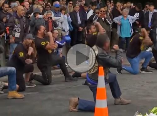 Kontrowersyjny klub motocyklowy wspiera ofiary zamachu w Christchurch [FILM]
