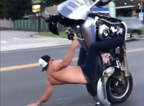 Półnagi motocyklista i długie wheelie między samochodami - czy to się dzieje naprawdę?