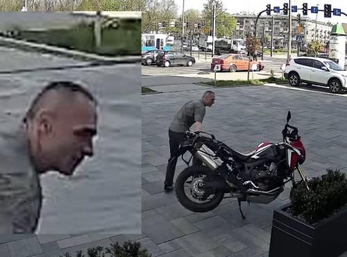 Niszczy motocykl na oczach przechodniów i przed kamerą! Wandal w Krakowie