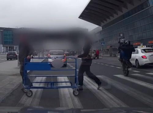 Na gumie między pieszymi na lotnisku Chopina [przyłapany na nagraniu]