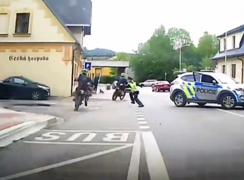 Czeska policja kontra grupa motocyklistów na enduro