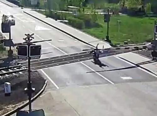 Pociąg, motocykl i niewidzialne szlabany