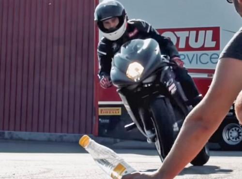 Niesamowite! Co on robi z tą butelką! MV Agustą! [FILM]