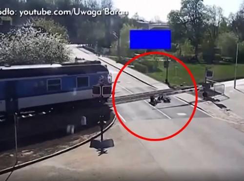 Cud na przejeździe kolejowym. Bohater w ostatniej chwili ratuje kierowcę skutera [FILM]