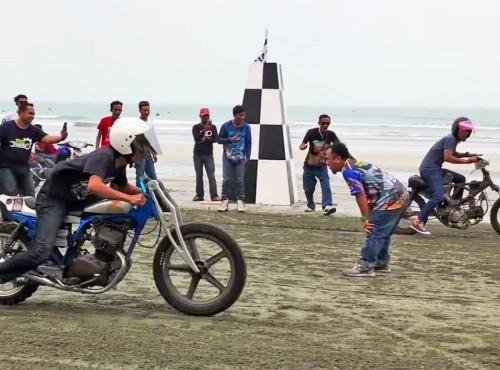 Szaleństwo na piachu - plażowe wyścigi równoległe w Malezji [VIDEO]