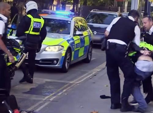 Kolejny bandyta staranowany! Piękna akcja brytyjskiej policji [FILM]