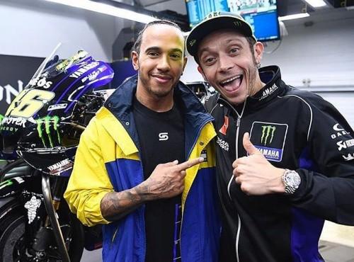 Groźny wypadek Hamiltona na torze w Walencji. Motocykl Valentino Rossiego zniszczony!