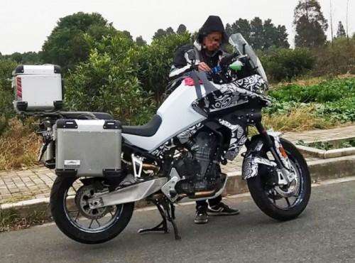 Chiński motocykl turystyczny z silnikiem KTM. Czy to CFMoto MT800?