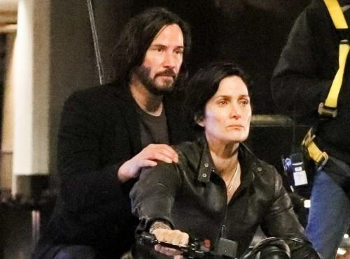 Keanu Reeves, Carrie-Anne Moss i Ducati Scrambler kręcą Matrix 4 [FILM]