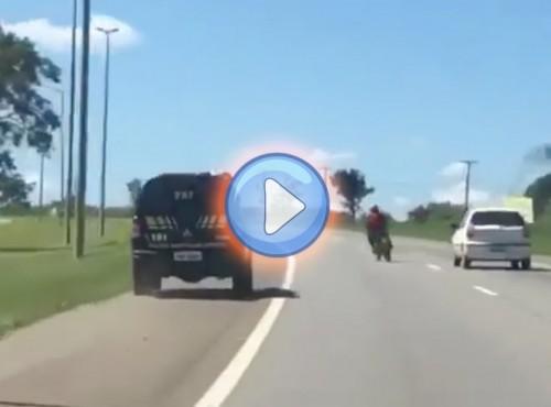Half-pipe na pasie zieleni. Efektowny pościg na brazylijskiej autostradzie [VIDEO]