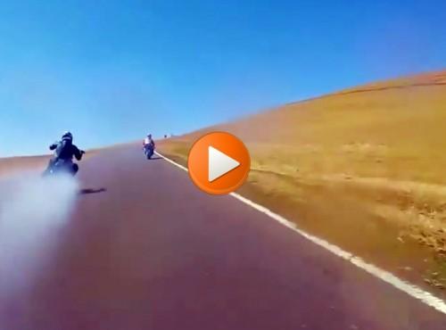 Harley szaleje na torze i wypluwa uszczelkę głowicy [VIDEO]