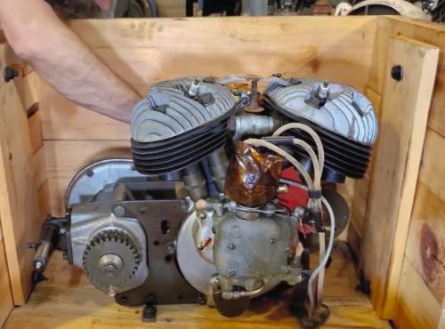 Fabryczna skrzynia z silnikiem Indiana z lat 40 otwarta po raz pierwszy [VIDEO]