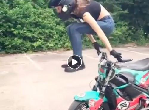 Stunterskie parkowanie motocykla. Gdy przestrzeń nie rozpieszcza [VIDEO]