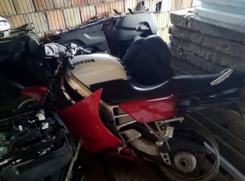 Tysiące części, auta i motocykle - warszawska policja rozbiła siatkę paserów